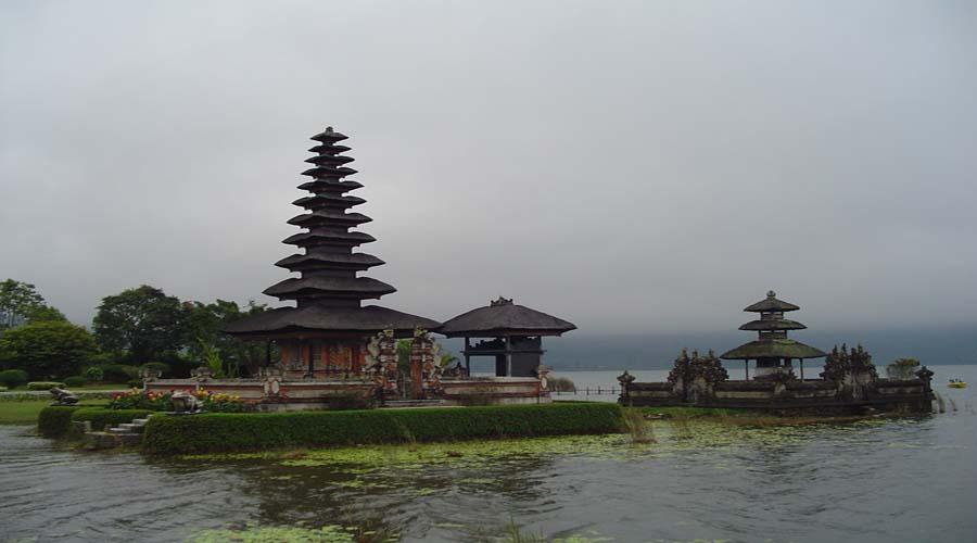 ulundanu temple bratan lake bedugul
