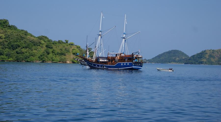 boat komodo island