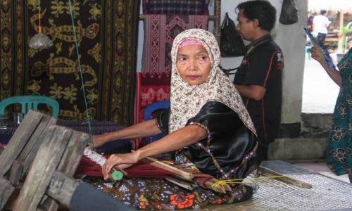 lombok weaving process