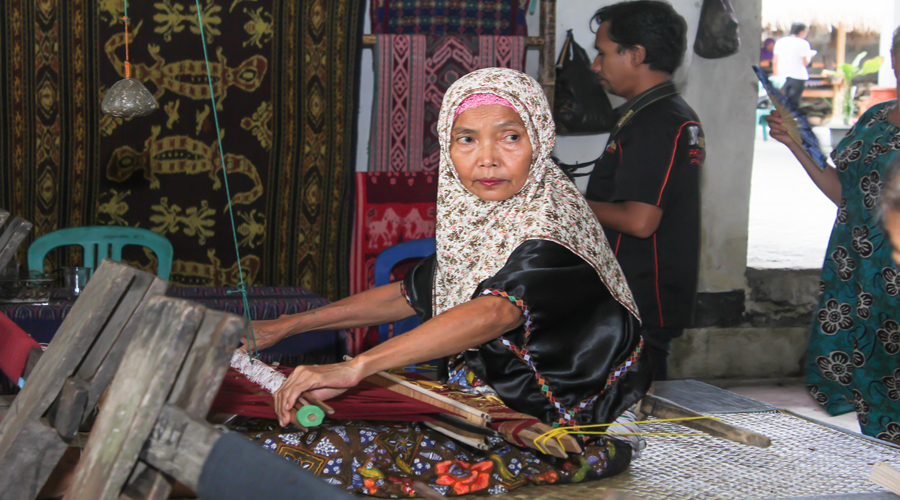 lombok weaving process